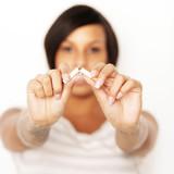 frau hört auf zu rauchen