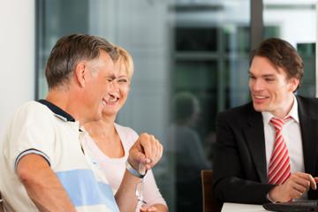 Älteres Ehepaar beim Finanzberater