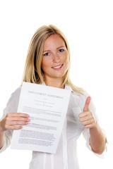 Frau mit Arbeitsvertrag in englischer Sprache