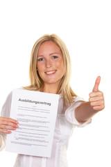 Frau mit Ausbildungsvertrag