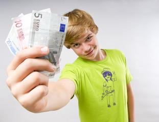 Jugendlicher hält Euroscheine in der Hand