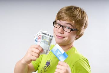 Jugendlicher mit Geldscheinen und Bankkarte