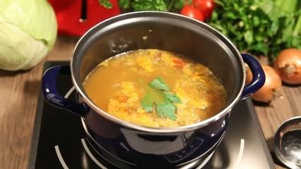 Kohlsuppe beim kochen, fade in