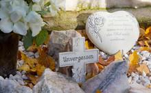 Graves décorations contemporaines avec croix et coeur
