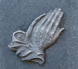 Betende Hände am Grab