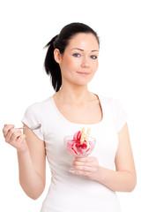 Junge Frau mit rotem Eisbecher