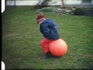 Junge auf Hüpfball