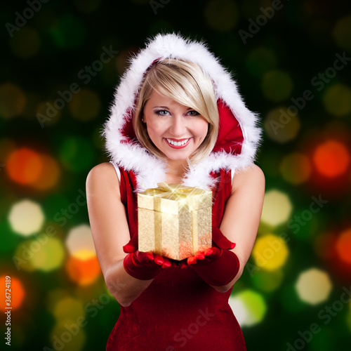 blonde Miss Santa überreicht Geschenk