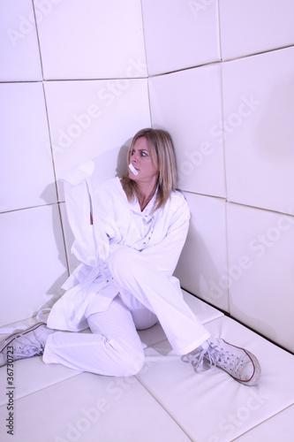 Frau in der Gummizelle