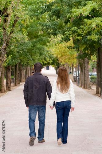 Pareja paseando por el parque