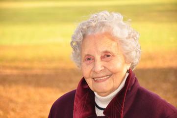 Ältere Frau in der Natur lachend
