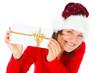 frau mit weihnachtsmütze hält einen brief mit schleife