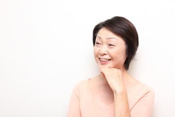 笑顔の素敵な60代女性