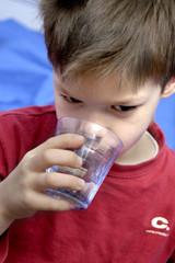 enfant boisson eau