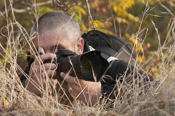 Fotógrafo escondido tras la vegetación.