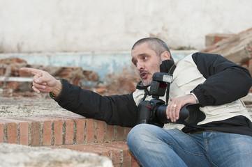 Fotógrafo de guerra en una zona bombardeada.