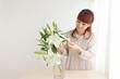 花を生ける女性