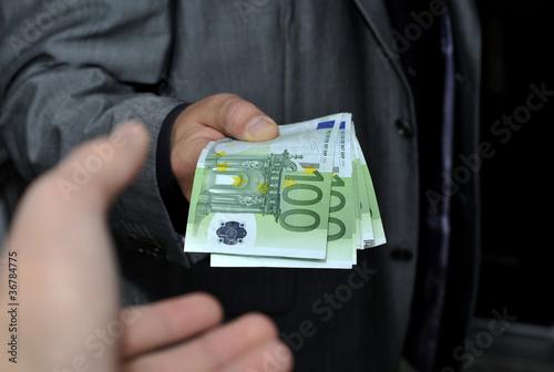 Hand nimmt Euro Geldscheine