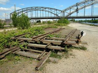 Alte Eisenbahngleise am Mainufer im Frankfurter Ostend