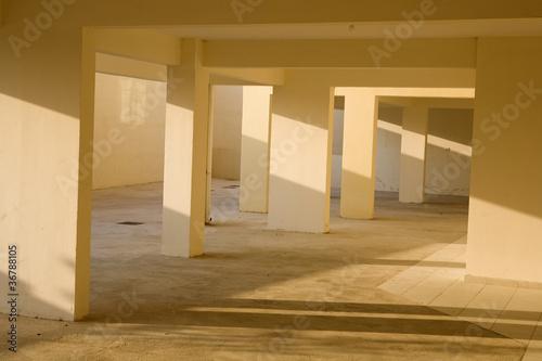 Leinwanddruck Bild leerstehende Garage mit mehreren Stellplätzen