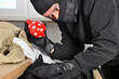 Einbrecher durchwühlt Schublade