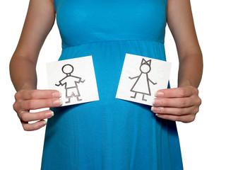 Беременная женщина держит рисунки девочки и мальчика
