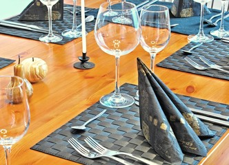 Detail - Gedeckter Tisch mit Gläsern und Bestecken
