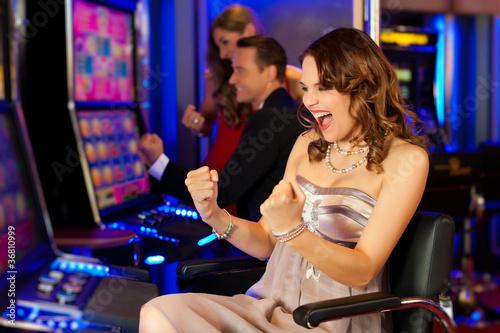 Leinwanddruck Bild Freunde in Spielcasino