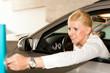 Frau fährt aus einer Garage