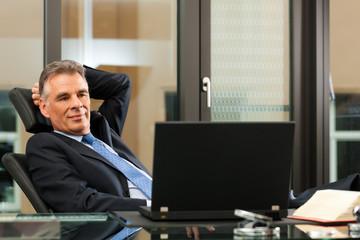 Business - Chef denkt nach in seinem Büro