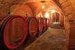 Weinkeller, Eichenfässer, Rotwein, Gewölbekeller