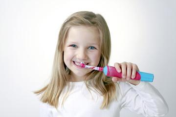 Mädchen beim Zähneputzen