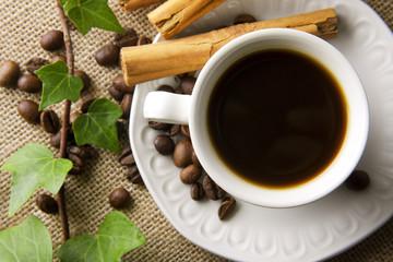 taza de café con canela y granos tostados