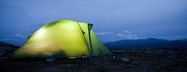 Beleuchtetes Zelt in der Blauen Stunde