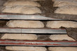 Hogazas de pan crudo almacenadas para hornear