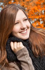 Eine junge Frau lacht