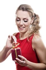 Молодая девушка с подарком на белом фоне
