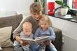 Mutter ließt Kindern aus einem Buch vor 3