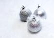 neige recouvrant des boules de Noël blanc