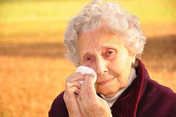 Oma alleine und weint