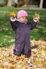 Kleinkind im herbstlichen Park