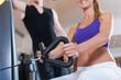 Sport - Paar trainiert an Kraftmaschinen im Fitnessstudio