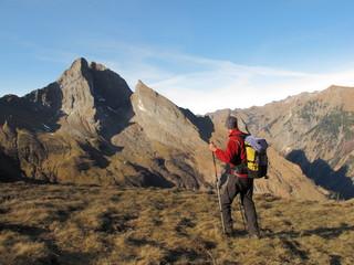 Wanderer im Hochgebirge vor steilen Berggipfeln