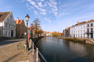 canal et facade à bruges de jour