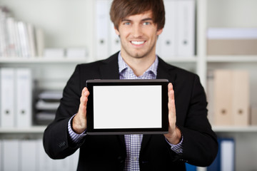 mann zeigt tablet-pc