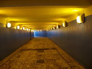 Освещенный подземный переход