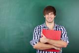 lächelnder student mit aktenordner
