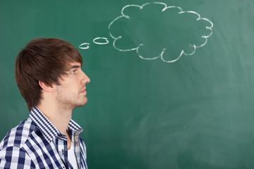 junger mann denkt an etwas