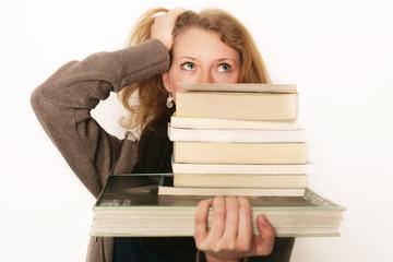 ratlose Frau mit vielen Büchern