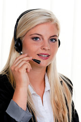 Frau mit Headset Telefon im Call Center
